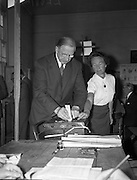 Taoiseach Éamon de Valera casts his vote in the Presidential Election. 17/06/1959.