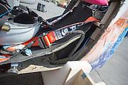 De VeloX V na de val. Op maandagochtend worden de kwalificaties gehouden. In Battle Mountain (Nevada) wordt ieder jaar de World Human Powered Speed Challenge gehouden. Tijdens deze wedstrijd wordt geprobeerd zo hard mogelijk te fietsen op pure menskracht. Ze halen snelheden tot 133 km/h. De deelnemers bestaan zowel uit teams van universiteiten als uit hobbyisten. Met de gestroomlijnde fietsen willen ze laten zien wat mogelijk is met menskracht. De speciale ligfietsen kunnen gezien worden als de Formule 1 van het fietsen. De kennis die wordt opgedaan wordt ook gebruikt om duurzaam vervoer verder te ontwikkelen.<br /> <br /> In Battle Mountain (Nevada) each year the World Human Powered Speed Challenge is held. During this race they try to ride on pure manpower as hard as possible. Speeds up to 133 km/h are reached. The participants consist of both teams from universities and from hobbyists. With the sleek bikes they want to show what is possible with human power. The special recumbent bicycles can be seen as the Formula 1 of the bicycle. The knowledge gained is also used to develop sustainable transport.