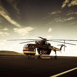 Hélicoptère Sikorsky S-64 Skycrane de la société Siller sur l'aéroport de Reno Stead.<br /> Cet hélicoptère est en charge de la lutte anti-incendie pour le gouvernement fédéral américain, à la saison des feux de forêts et broussailles, il parcourt le continent américain  accompagné de son équipage et de son camion de ravitaillement en essence.<br /> Août 2011 / Reno Stead / Nevada / USA<br /> Cliquez ci-dessous pour voir le reportage complet (34 photos) en accès réservé<br /> http://sandrachenugodefroy.photoshelter.com/gallery/2011-08-Sue-Sikorsky-S-64-Skycrane-Complet/G0000l_yfn8FMZvI/C0000yuz5WpdBLSQ