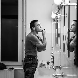 jeudi 20 octobre 2016, 05h08, Versailles. Rasage matinal d'un soldat du 511ème Régiment du Train quittant la caserne avant 6h pour prendre son poste Sentinelle en banlieue.
