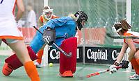 LEIPZIG -   Oranje keeper Adinda boeren zijn de bal het doel in gaan, tijdens de troostfinale om het brons bij de vrouwen tussen Nederland en Polen (3-4) bij het EK Zaalhockey in Leipzig.  Nederland eindigt op een vierde plaats.ANP KOEN SUYK