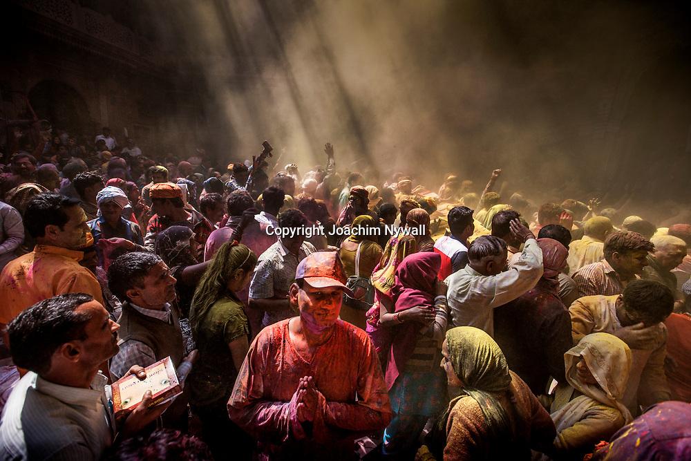 Vrindavan 2017 03 10 Indien<br /> Holi hinduernas vårfest eller färgfest firas i Bankey Bihari Mandir i Vrindavan<br /> <br /> <br /> ----<br /> FOTO : JOACHIM NYWALL KOD 0708840825_1<br /> COPYRIGHT JOACHIM NYWALL<br /> <br /> ***BETALBILD***<br /> Redovisas till <br /> NYWALL MEDIA AB<br /> Strandgatan 30<br /> 461 31 Trollhättan<br /> Prislista enl BLF , om inget annat avtalas.