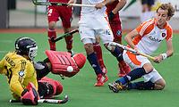 MELBOURNE -    Quirijn Caspers (r) ziet zijn bal gekeerd worden door de Belgische keeper Vincent Vanasch tijdens de hockeywedstrijd tussen de mannen van Nederland en Belgie (5-4) bij de Champions Trophy hockey in Melbourne.  ANP KOEN SUYK