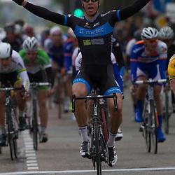 Olympia Tour Noordwijkerhout-Hoofddorp Jeff Vermeulen wint voor het tweede jar in Hoofddorp; Hij klopt na 181 km Wim Stroetinga (Koga) en Wouter Wippert (3M)