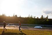 De vrouw van Francesco Russo brengt de fiets van Francesco alvast naar de start, terwijl Damian testrondjes rijdt in zijn recordfiets<br /> <br /> Jemima, the wife of Francesco Russo, is getting his bike to the start, while Damjan Zabovnik is passing by during his testlap