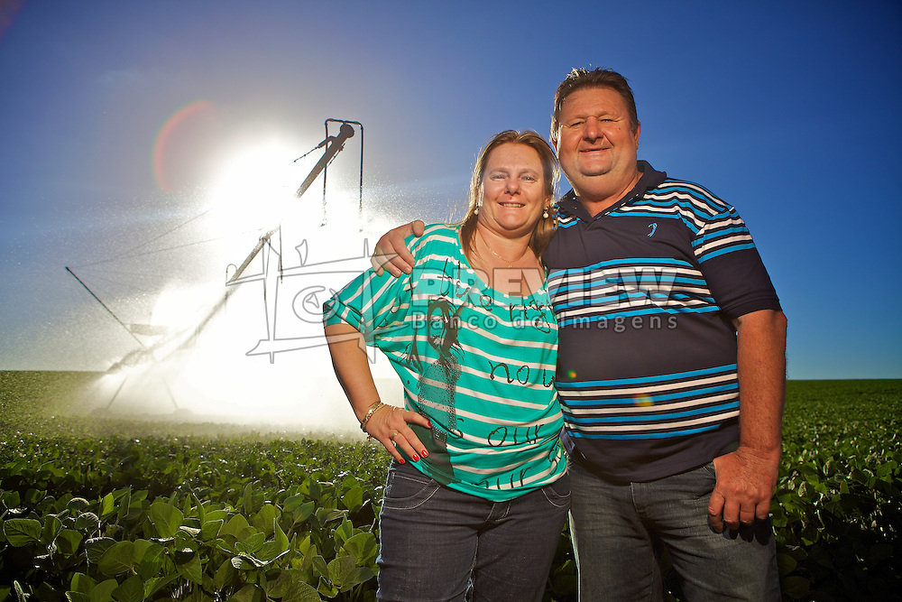 Omar e Giseli Wenning, da Agropecuária Sobradinho na sua plantação de soja com irrigação artificial. FOTO: Jefferson Bernardes/Preview.com