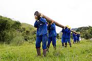 Santos Dumont_MG, Brasil...Operarios trabalhando na eletrificacao rural em Santos Drumont...Workers working in rural electrification in Santos Drumont. ..Foto: LEO DRUMOND / NITRO