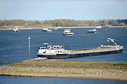 Nederland, Nijmegen, 13-11-2015De waterstand in de rivier de Waal is laag. Er is een extreem lange droogteperiode, periode van droogte in het stroomgebied van de Rijn. Binnenvaartschepen nemen minder lading, vracht in en moeten goed in de vaargeul blijven. Hierdoor is het drukker op de rivier. Foto: Flip Franssen/HH