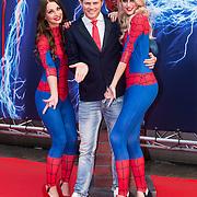 NLD/Amsterdam/20140422 - Premiere The Amazing Spiderman 2, Tim Douwsma met spiderman dames