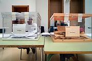Spanje, Almeria, 10-11-2019In Spanje worden vandaag algemene verkiezingen gehouden. In de pprovincie Almeria heeft de nieuwe polpulistische partij grote aanhang vanwege het graat aantal migranten die in de kassen werken. Het stemmen gebeurd via het kiezen van een papiertje waarop de partij staat die je wilt hebben. Die stop je in een enveloppe en die gaat in de bus, stembus. Als je wilt kan je dat achter een gordijn doen. Lijkt  minder afgeschermd als bij ons. Ook hebben alle partijen een vertegenwoordiger in het stembureau die alleen mogen reageren op vragen van stembusgangers, maar dat kan rekbaar uitgelegd worden...Foto: Flip Franssen