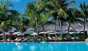 Prise de vue au raz de l'eau de la piscine de l'hôtel 5* Le Méridien Ile des Pins situé en Nouvelle Calédonie. Présence de palmiers et de cocotiers, de parasols et de transat au bord de l'eau