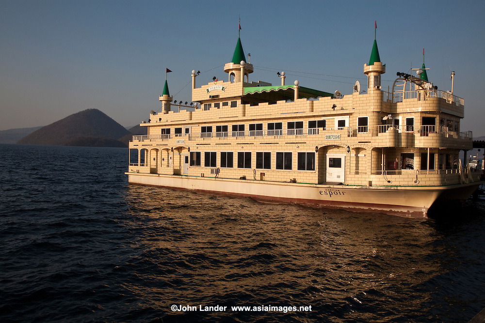 Cruise boats run to the middle of Lake Toya and the four islands that make up Nakajima Island. Surrounded by the sound of gently lapping waves, passengers look out at Mt. Yotei and Mt. Usu and the countryside. Evoking images of times past, 'Espoir' floats on the lake like an illusionary castle and during the  Fireworks Nights, visitors can admire the display from the lake on nightly firework boat trips.