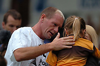Fotball<br /> Foto: SBI/Digitalsport<br /> NORWAY ONLY<br /> <br /> Boston v Newcastle<br /> Pre-season Friendly, 26/07/2004<br /> <br /> Paul Gascoigne checks on a young girl mascot who was hit by his ball during the warn up.