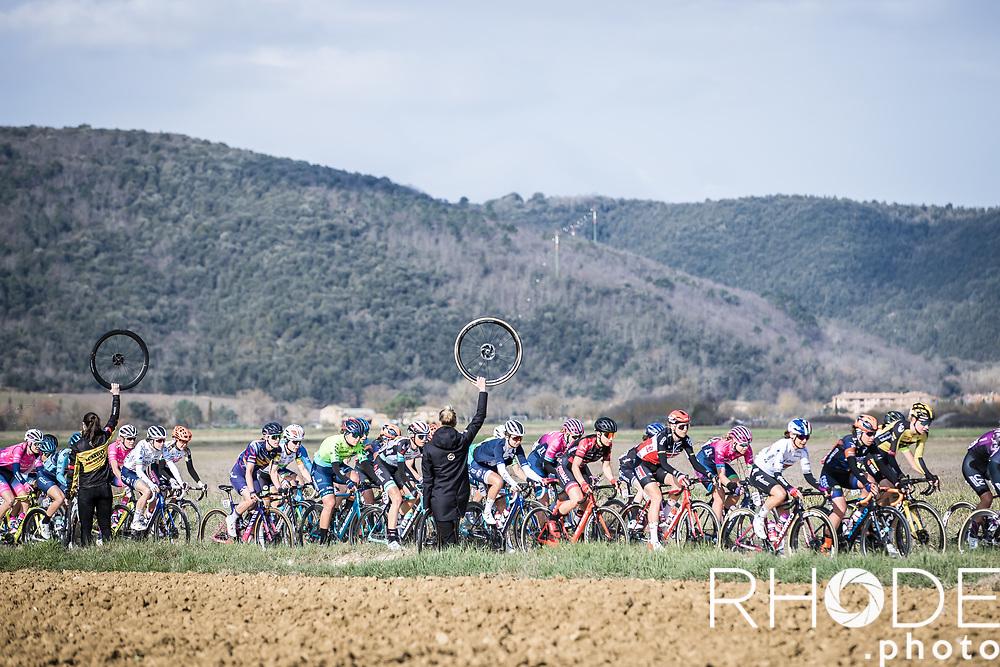Peloton over the 1st gravel section <br /> <br /> 7th Strade Bianche Women Elite <br /> Siena > Siena 136km<br /> <br /> ©RhodePhoto