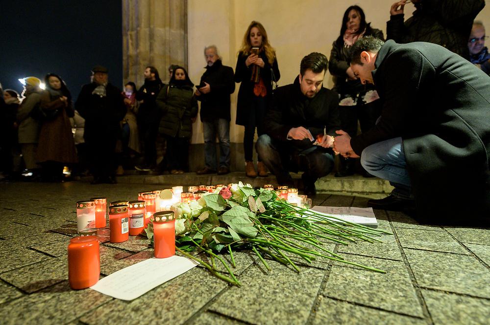 20 FEB 2020, BERLIN/GERMANY:<br /> Zwei Maenner zuenden im Gedenken an die Opfer des Anschlags in Hanau Kerzen unter dem Brandenburger Tor an<br /> IMAGE: 20200220-02-019<br /> KEYWORDS: Gedenken, Terror, Anschlag, Mahnwache, Demo, Demonstration, Versammlung