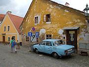 Cesky Krumlov, Krumau/Tschechische Republik, Tschechien, CZE, 25.07.2008: Straßenszene in  Cesky Krumlov (Böhmisch Krumau/ Krumau) . Die Hochschätzung dieses Ortes durch inländische und ausländische Experten führte allmählich zur Aufnahme in die höchste Stufe des Denkmalschutzes. Im Jahre 1963 wurde die Stadt zum Stadtdenkmalschutzgebiet erklärt, im Jahre 1989 wurde das Schloßareal zum nationalen Kulturdenkmal erklärt und im Jahre 1992 wurde der ganze historische Komplex ins Verzeichnis der Denkmäler des Kultur- und Naturwelterbes der UNESCO aufgenommen.<br /> <br /> Cesky Krumlov/Czech Republic, CZE, 25.07.2008: Streetscene in Cesky Krumlov, with its architectural standard, cultural tradition, and expanse, ranks among the most important historic sights in the central European region. Building development from the 14th to 19th centuries is well-preserved in the original groundplan layout, material structure, interior installation and architectural detail.Situated on the banks of the Vltava river, the town was built around a 13th-century castle with Gothic, Renaissance and Baroque elements. It is an outstanding example of a small central European medieval town whose architectural heritage has remained intact thanks to its peaceful evolution over more than five centuries.