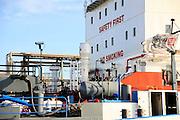 Nederland, Rotterdam, 3-3-2015Een bulkcarrier, olietanker, ligt aangemeerd bij de losplaats van een terrein met opslagtanks voor olie. Rotterdam is in Europa de grootste importhaven en een van de grootste ter wereld voor overslag en raffinage van ruwe olie. De aangevoerde olie wordt voor ongeveer de helft gebruikt door raffinaderijen van Shell, BP, Esso, Exxon Mobil, Kuwait Petroleum, en Koch. De rest wordt per pijpleiding naar Vlissingen, Belgie en Duitsland overgeslagen. Foto: Flip Franssen/HH