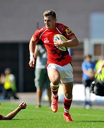 Nick Scott (London Welsh) goes on the attack - Photo mandatory by-line: Patrick Khachfe/JMP - Mobile: 07966 386802 06/09/2014 - SPORT - RUGBY UNION - Oxford - Kassam Stadium - London Welsh v Exeter Chiefs - Aviva Premiership