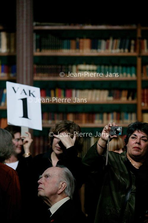 Nederland. amsterdam.30 januari 2004..Maarten toonder, Hanneke groenteman en vele andere medewerkers uitgeverij de Bezige bij tijdens fotosessie groepsfoto in bibliotheek rijksmuseum n.a.v.  60-jarig bestaan uitgeverij de Bezige Bij.