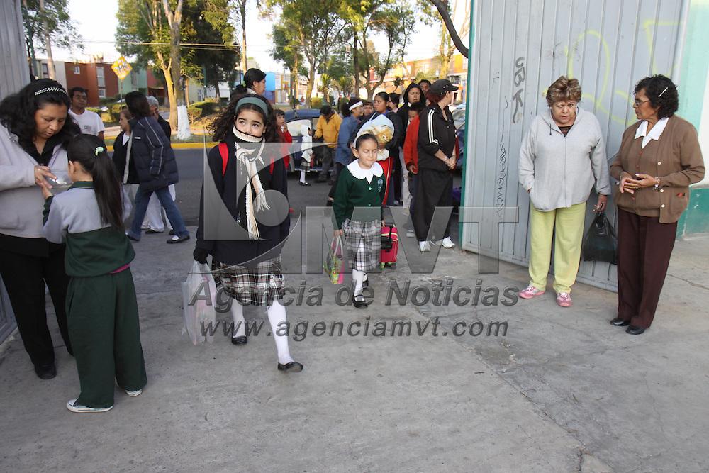 TOLUCA, México.- Después de concluir vacaciones de Semana Santa cientos de niños regresaron a sus actividades escolares, algunos llegaron tarde y otros prefirieron no ir este día, registrándose al menos un 15% de ausentismo en los salones de clase. Agencia MVT / Crisanta Espinosa. (DIGITAL)