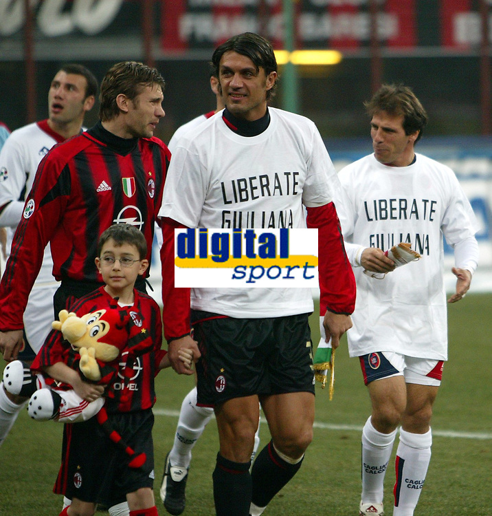 Fotball<br /> Serie A Italia  2004/05<br /> AC Milan Cagliari<br /> 19. februar 2005<br /> Foto: Digitalsport<br /> NORWAY ONLY<br /> Paolo Maldini Milan (L) and Gianfranco Zola Cagliari (R) wear a t-shirt reading 'Release Giuliana' in support of the Italian Journalist Giuliana Sgrena, kidnapped in Iraq , prior to the start of the Italian first division soccer match between AC Milan and Cagliari at San Siro stadium