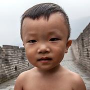 2011 08 Beijing Peking Kina China<br /> Mutianyu är en sektion av kinesiska muren beläget i Huairou-distriktet, cirka 60 km nordöst om Peking i Kina. Mutianyu-sektionen av muren hänger samman med Juyongguan-passet i väst, och med Gubeikou-porten i öst<br /> Liten kinesisk kille<br /> <br /> ----<br /> FOTO : JOACHIM NYWALL KOD 0708840825_1<br /> COPYRIGHT JOACHIM NYWALL<br /> <br /> ***BETALBILD***<br /> Redovisas till <br /> NYWALL MEDIA AB<br /> Strandgatan 30<br /> 461 31 Trollhättan<br /> Prislista enl BLF , om inget annat avtalas.
