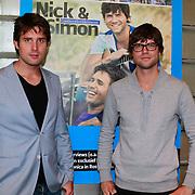 NLD/Hoofddorp/20110616 - Nick en Simon gastredacteuren damesblad Margriet, Nick en Simon bij de cover van de door hun samengestelde Margriet