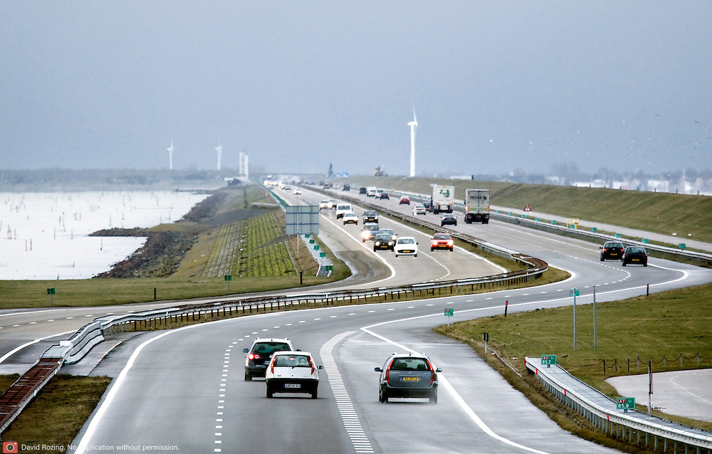 Nederland Den Oever Zurich 22 november 2008 20081122 Foto: David Rozing ..Serie afsluitdijk. De Afsluitdijk is een belangrijke waterkering en verkeersweg in Nederland. De waterkering sluit het IJsselmeer af van de Waddenzee. Hieraan ontleent de dijk zijn naam. De verkeersweg, onderdeel van Rijksweg a7, verbindt Noord-Holland met Friesland...Verkeer op de A7 op de afsluitdijk Snelweg, snelwegen, auto, auto's, autoverkeer, weg, wegen, dijkweg, dijkwegen,  deltaplan..Foto David Rozing