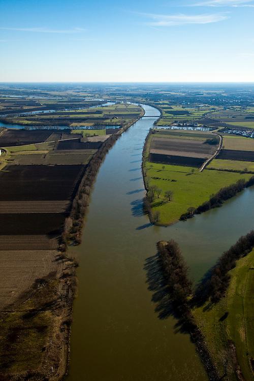 Nederland, Limburg, Noord-Brabant, Maas, 07-03-2010; .Bochtafsnijding van de Maas, laatste van de werken in het kader van Maasnormalisatie, uitgevoerd in 1981. De weg is de A77 (naar Duitse grens, li). Normalisatie van de rivier behelst op deze lokatie het afsnijden van de meander (regulering of kanalisatie). De rivier vormt de grens tussen de provincies Noord-Brabant (re, Gemeente Wanrooij) en Noord-Brabant (li, Gemeente Gennep)..Cutting of bend of the Meuse, last of the Maas standardization works, conducted in 1981. The road is the A77 (to German border, r). Standardization of the river at this location involves cutting off the meander (regulation or canalization). The river forms the border between the provinces of Noord-Brabant (r) and Noord-Brabant (l).luchtfoto (toeslag), aerial photo (additional fee required);.foto/photo Siebe Swart