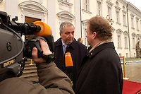 07 JAN 2004, BERLIN/GERMANY:<br /> Klaus Toepfer (M), CDU, Exekutivdirektor Umweltprogramm des Vereinten Nationen UNEP, gibt ein kurzes Statement, auf dem Weg nach Hause, nach dem Neujahrsempfang des Bundespraaesidenten, Schloss Bellevue<br /> IMAGE: 20040107-01-048<br /> KEYWORDS: Empfang, Neujahr, Klaus Töpfer