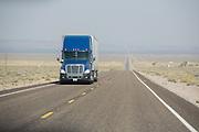 Een vrachtwagen rijdt over de snelweg bij Beatty (Nevada).<br /> <br /> A truck on the highway near Beatty (Nevada).