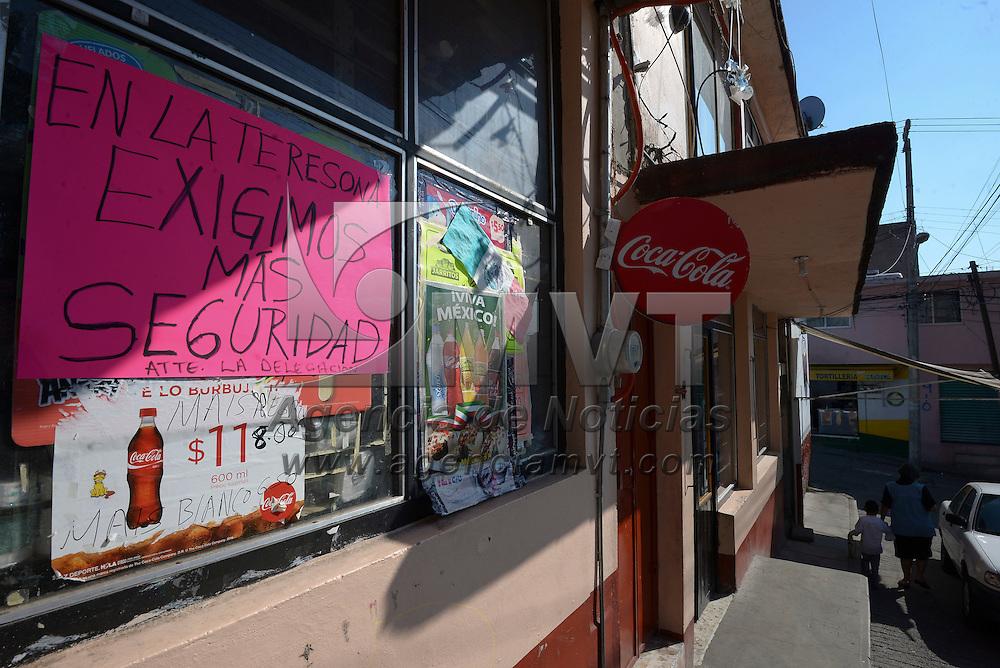Toluca, México (Octubre 18, 2016).- Vecinos de la Teresona colocaron algunas cartulinas para exigir mayor seguridad en la zona, se dicen cansados de los constantes robos de los que son victimas, también piden alumbrado público y pavimentación.  Agencia MVT / Crisanta Espinosa.
