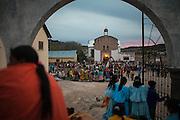 Personas reunidas en el atrio de la iglesia durante la celebración de Semana Santa en Norogachi, México, el 10 de abril de 2009.