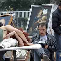 TOLUCA, México.- El jardin Zaragoza, el jardin del Arte se pueden encontrar diversas actividades en los domingos, como las relacionadas con la pintura, algunos artistas se ponen a dibujar en el lugar con una modelo frente a ellos, una forma de interesar a la población en general sobre este arte. Agencia MVT / Crisanta Espinosa. (DIGITAL)
