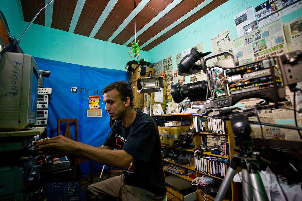 Sabara_MG, Brasil...A TV Muro e uma pequena organizacao produtora de televisao brasileira localizada na cidade de Sabara. E intitulada a menor rede de televisao do mundo. Na foto o criador da TV Francisco Dario dos Santos, o Chiquinho...The TV Muro is a small Brazilian television network, located in Sabara. Its the smallest TV in the world. Na foto the creator Francisco Dario dos Santos, Chiquinho...Foto: JOAO MARCOS ROSA / NITRO