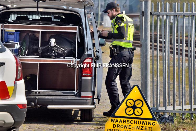 Nederland, Nijmegen, 14-4-2019 Op het rangeerterrein bij het station van Nijmegen is een explosie geweest in een geparkeerd treinstel. Er is een persoon overleden . De trein is beschadigd en het dak is opgebold door de luchtdruk. Onduidelijk is de toedracht. Het slachtoffer was alleen. Een pilot,piloot, van een drone van de politie gaat luchtopnamen maken .Foto: Flip Franssen
