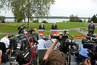 07 SEP 2008, WERDER/GERMANY:<br /> Hubertus Heil (L), SPD Generalsekretaer, und Frank-Walter Steinmeier (R), SPD, Bundesaussenminister, und Journalisten, waehrend einer Pressekonferenz  zur Klausurtagung der SPD Parteispitze in deren Verlauf Steinmeier den Ruecktritt von K urt B eck und seinen Antritt als Kanzlerkandidat zur Bundestagswahl 2009 bekannt gibt, Hotel Seaside Garden Schwielowsee<br /> IMAGE: 20080907-01-065<br /> KEYWORDS: Kamera, Camera