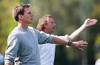 AMSTELVEEN - HOCKEY - Coach Maarten Stenvers van Pinoke  met rechts assistent Robert Justus tijdens de eerste competitiewedstrijd van het nieuwe seizoen tussen de vrouwen van Pinoke en Bloemendaal (2-1). COPYRIGHT KOEN SUYK