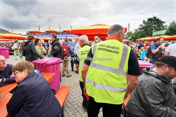 Nederland, Nijmegen, 15-7-2019Inschrijving voor de 103e vierdaagse. Op de Wedren schrijven lopers zich in voor de tocht die dinsdag begint . 30, 40 en 50 km. 46.000 deelnemers hebben zich aangemeld. Ze krijgen als startbewijs een polsbandje met een barcode die de controle op het parcours makkelijker maakt.Beveiliging,veiligheid,beveiligers, beveiliger,security,terreurdreiging,toezicht,handhaving,handhaven,FOTO: FLIP FRANSSEN