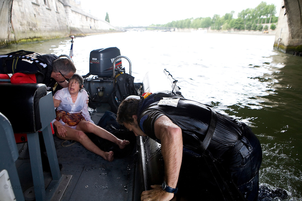 Paris, France. 7 Mai 2009..Brigade Fluviale de Paris..16h22 Sauvetage d'une femme suite a une tentative de suicide..Paris, France. May 7th 2009..Paris fluvial squad..4:22pm Salvage of a woman following a suicide.