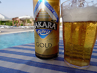 En Sakara-øl ved bassengkanten
