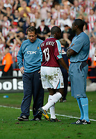 Photo: Paul Greenwood.<br />Sheffield United v West Ham United. The Barclays Premiership. 14/04/2007.<br />West Ham manager Alan Curbishley, (L) can't bring himself to look at Luis Boa Morte as he trudges off the pitch at the final whistle