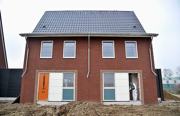 Nederland, Nijmegen, 8-9-2011Bouwvakkers zijn bezig met het bouwen van huizen in de nieuwe wijk Laauwik, onderdeel van de stadsuitbreiding van Nijmegen in Lent. Schilder, huisschilder legt de laatste hand aan een koopwoning.Foto: Flip Franssen/Hollandse Hoogte