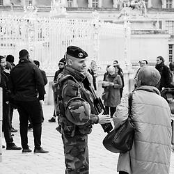 vendredi 28 octobre 2016, 13h40, Versailles. Un militaire du 2eme Régiment de Dragons est interpellé et remercié par deux visiteuses sortant du chateau de Versailles, ils échangent quelques mots.