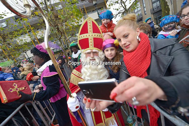 Nederland, Beuningen, 14-11-2015 Aankomst, intocht van de Sint. Een van de ouders met kind maakt een selfie met de goedheiligman.Foto: Flip Franssen/Hollandse Hoogte