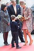 Staatsbezoek aan Frankrijk dag 2 - Ontvangst door de burgemeester van Parijs in Hotel de Ville<br /> <br /> <br /> State Visit to France Day 2 -King and Queen visit the mayor of Paris at the Hotel de Ville<br /> <br /> Op de foto / On the photo:  Aankomst van de Koning Willem Alexander en Koningin Maxima bij Hotel de Ville op de binnenplaats van Hôtel de Ville door: mevrouw A. Hidalgo, burgemeester van Parijs<br /> <br /> Arrival of King Willem Alexander and Queen Maxima at Hotel de Ville in the courtyard of the Hôtel de Ville: Mrs A. Hidalgo, mayor of Paris