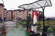 Italië, Napels, 11-3-2008..een beeld van Christus staat bij een flat in een woonwijk in een voorstad van Napels...Foto: Flip Franssen