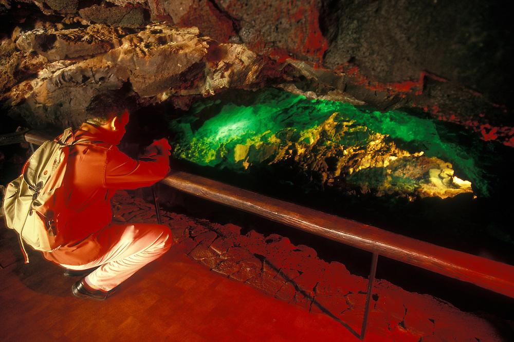 España. Islas Canarias. Lanzarote..Un turista observa una de las salas de los Jameos del Agua, una atracción cultural natural, obra arquitectónica de César Manrique..©JOAN COSTA