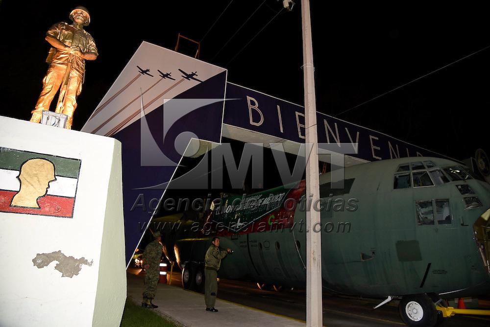Ecatepec, México (Octubre 16, 2016).- Dos aeronaves de la Fuerza Aérea Mexicana recorrieron 40 kilómetros por las calles de Tecámac y Ecatepec hasta el Parque Morelos de la Unidad CTM 14 en Ecatepec, fueron escoltados por policías municipales y elementos de la CESC.  Agencia MVT / Especial.