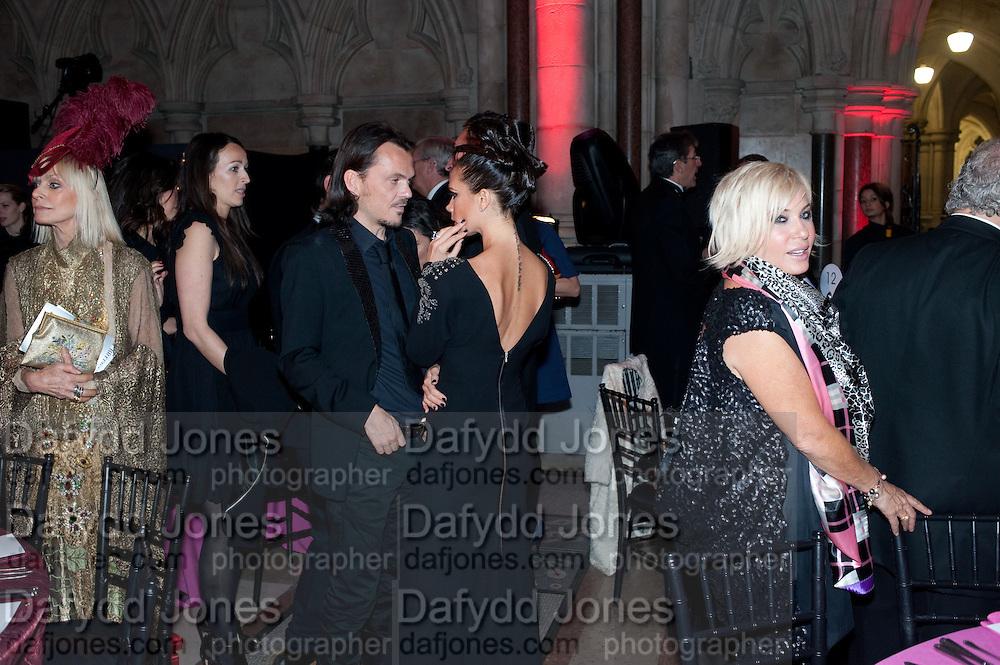 VICTORIA BECKHAM; MATTHEW WILLIAMSON, British Fashion awards 2009. Supported by Swarovski. Celebrating 25 Years of British Fashion. Royal Courts of Justice. London. 9 December 2009